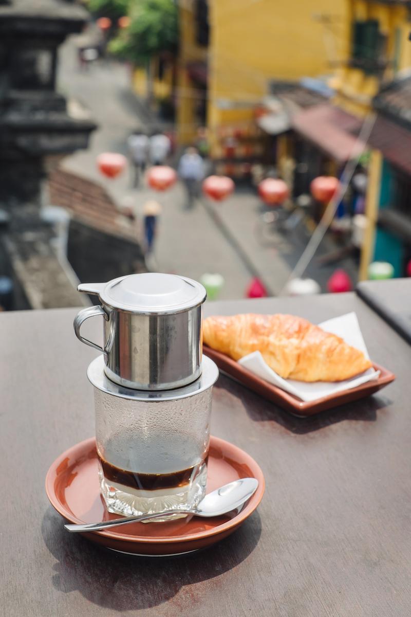 Кофе по-вьетнамски и круассан