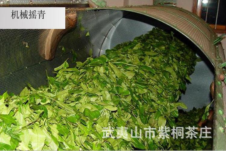 Фото процесса утряски чайных листьев в барабане
